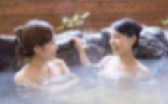 温泉に入る2人の女性