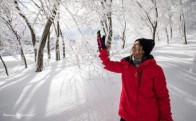 雪景色の中で微笑む女性