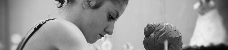 immagine che ritrae una studentessa mentre modella la creta