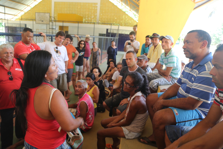 foto_6_Alessandra_Munduruku_explica_aos_moradores_de_Tauari_os_passos_de_como_criar_um_movimento_uni