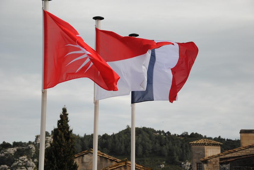 Le drapeau monégasque aux Baux de Provence