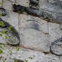Armoiries monégasques martelées lors de la Révolution française aux Baux de Provence