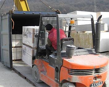 Caricamento container con uno stock marmo botticino e bianco perlino