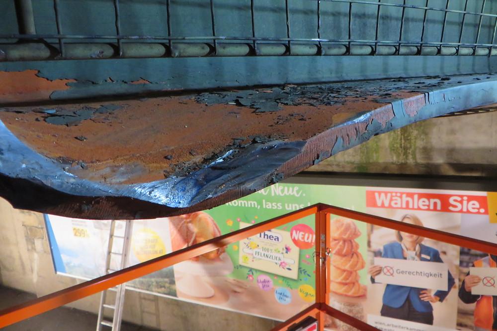 Stahl verformt sich beim Anprall Anfahrschaden