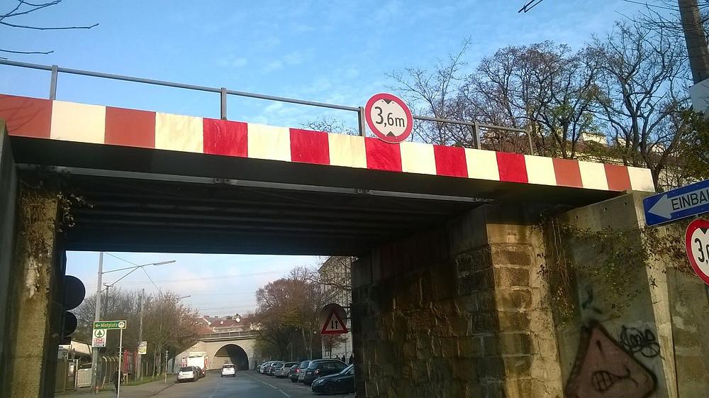 Stahlbalken unter einer Brücke zum Schutz vor Anfahrschäden