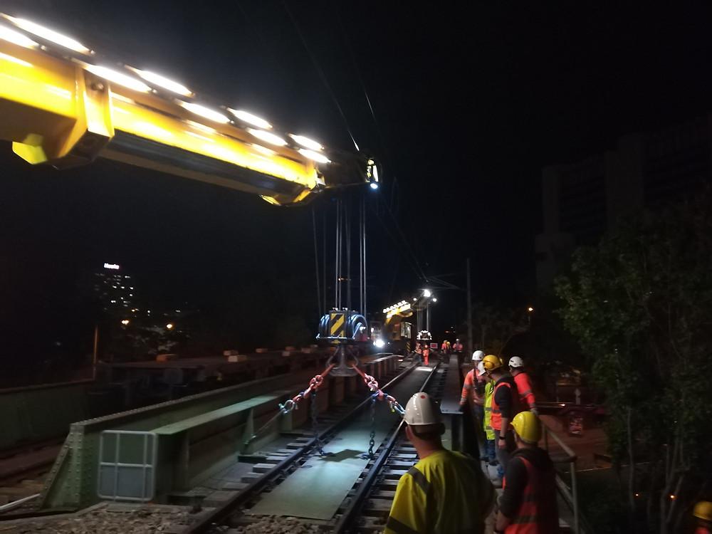 Ausheben des beschädigten Eisenbahntragwerkes