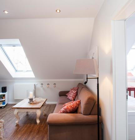 Wohnbereich und angrenzendes Schlafzimmer
