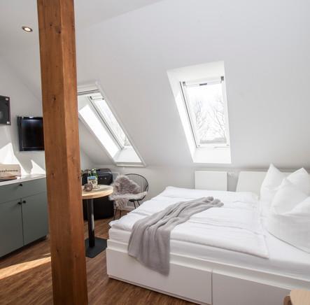 Blick auf das Bett und die Küche