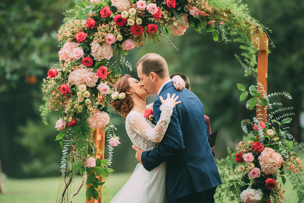 vintage wedding photographer ceremony kiss roses