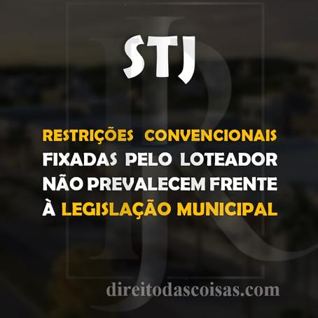 STJ - Restrições convencionais fixadas pelo loteador não prevalecem frente à legislação municipal.