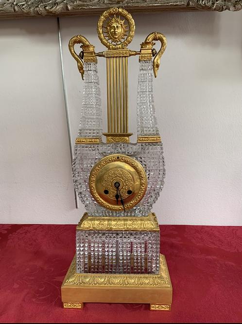 Pendule en cristal et bronze