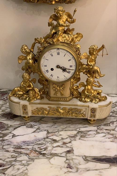 Pendule en bronze et  marbre blanc