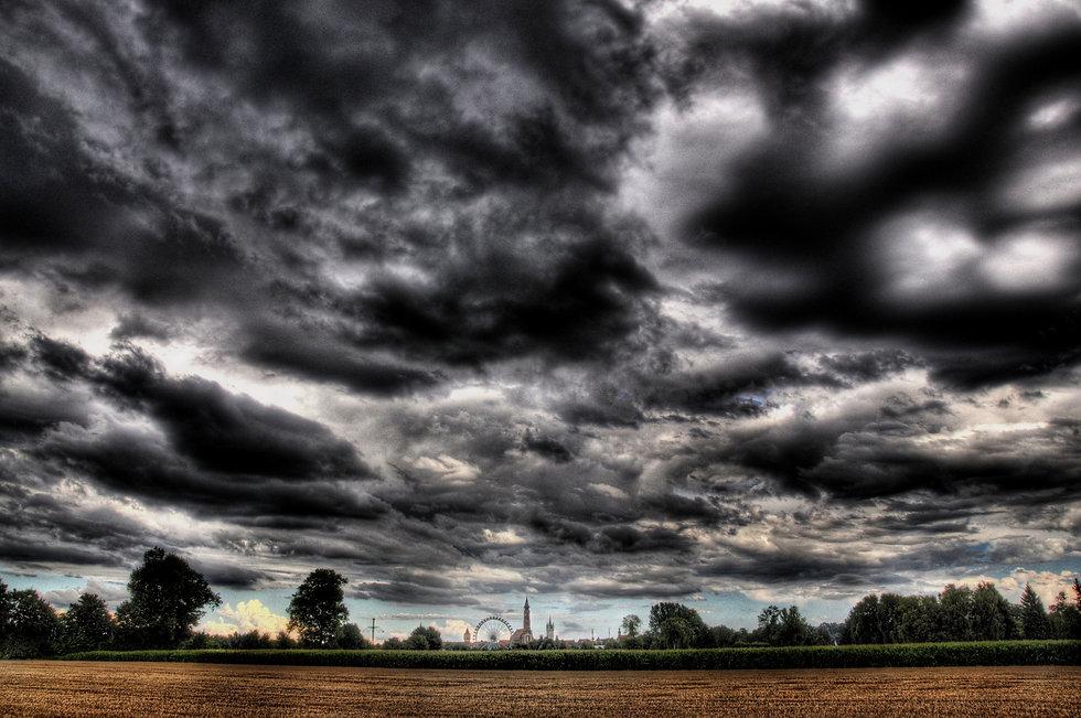 dunkle-wolken-ueber-straubing-49254c90-08af-46dd-b1dd-11b1754634a5.jpg