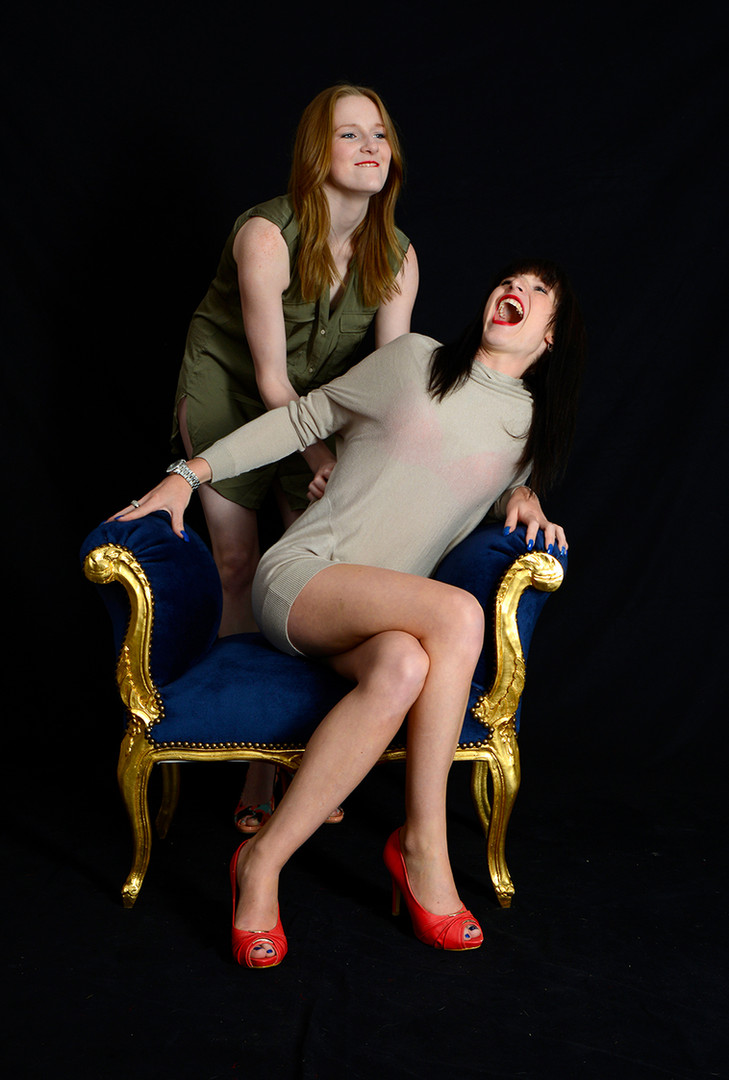 Fotoshooting Schwestern Barocksofa