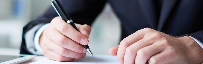 Hände mit Kugelschreiber