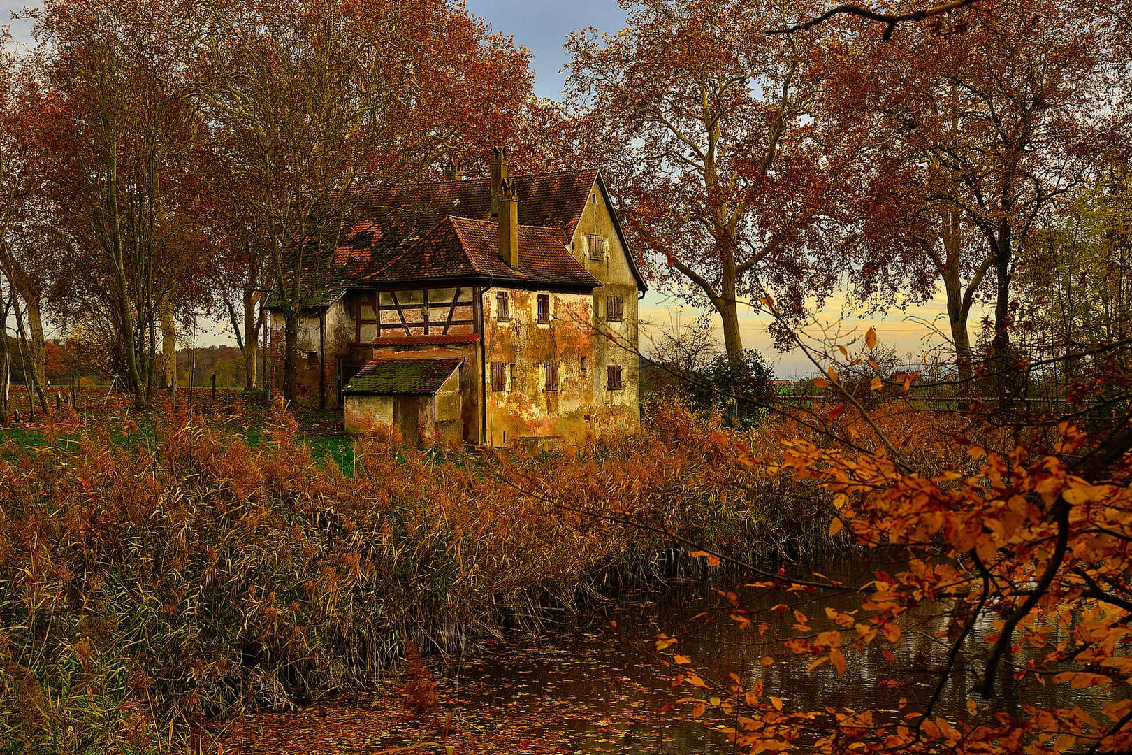 Verlassenes Haus im Herbst