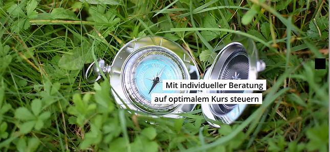 Auf Gras liegender Kompass