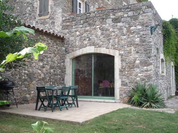 Terrasse extérieure avec barbecue