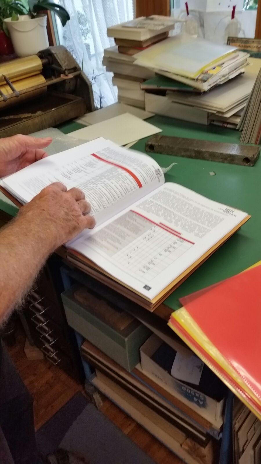 Buchbinder zeit das fertig gebundene Buch