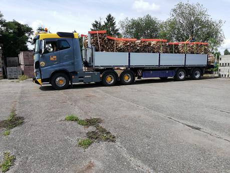Holzlieferung per LKW.jpg
