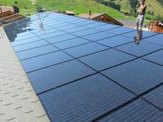 Unteriberg: Solarpanels auf geschwungenem Dach