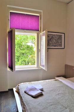 Ložnice s okny do vnitrobloku