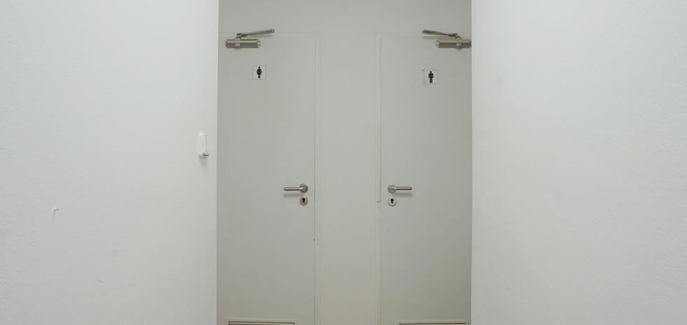 Chodba s pohledem na toalety