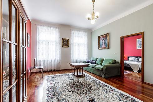 Obývací pokoj s dveřmi do ložnice
