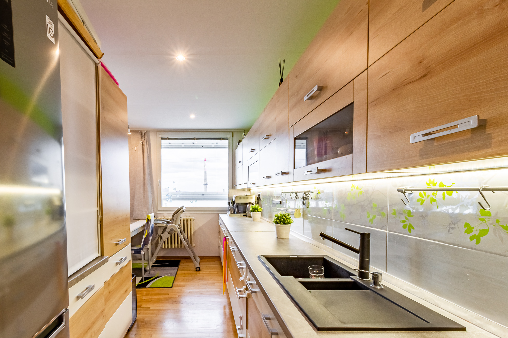 Kuchyňský kout navazující na obývací pokoj