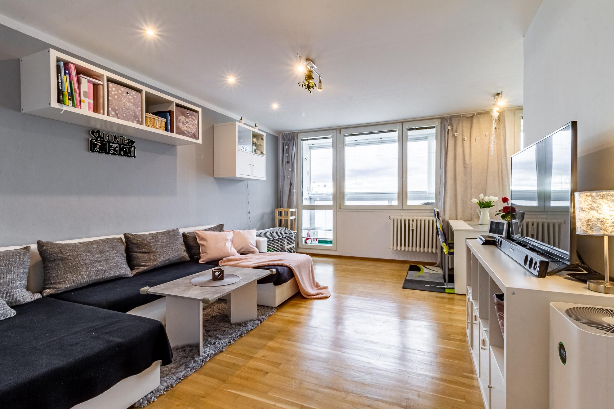Obývací pokoj s prostornou lodžií
