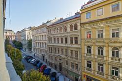 Pohled z okna do Balbínovy ulice