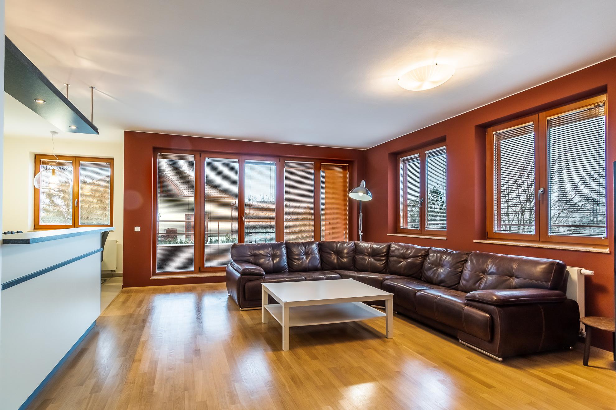 Obývací pokoj se vstupem na lodžii