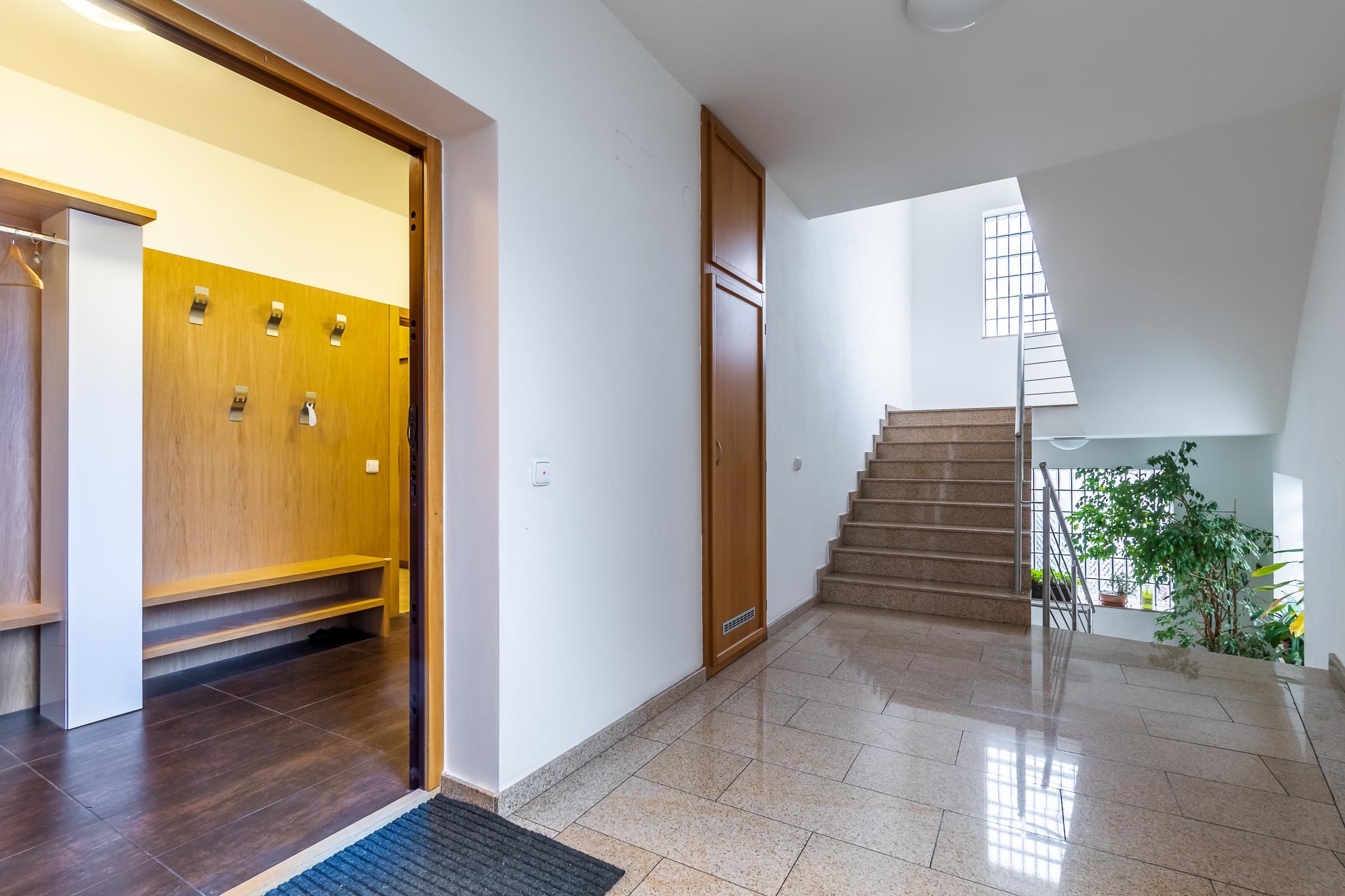 Pohled na vstupní předsíň z chodby domu