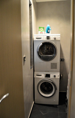 Samostatná místnost s pračkou a sušičkou