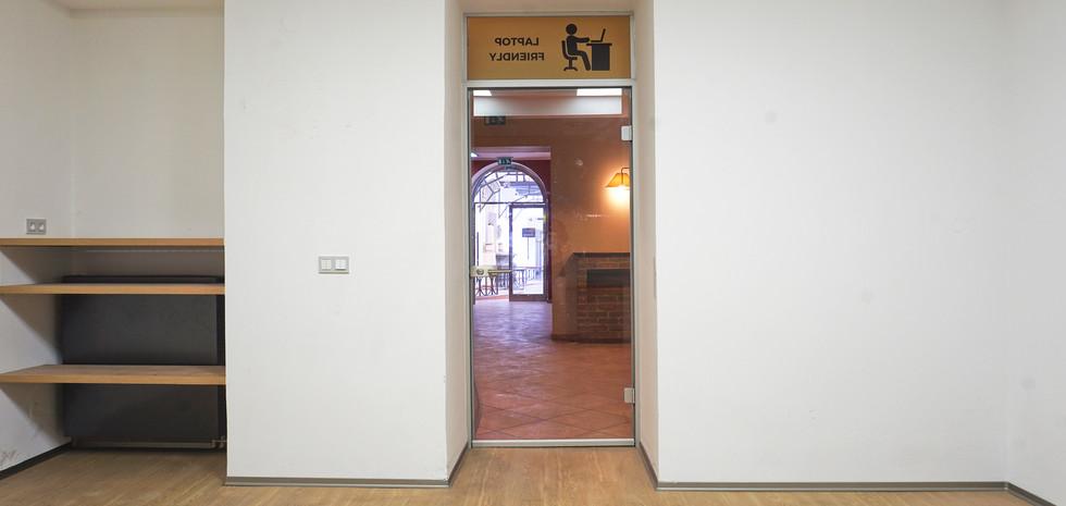Pohled z kanceláří ze zadní části prostor