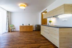 Pohled na obývací pokoj s kuchyňskou lin