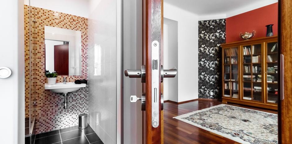 Pohled na koupelnu a obývací pokoj