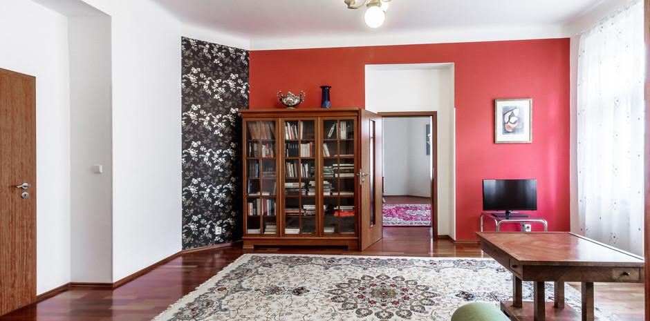 Pohled z obývacího pokoje do pracovny