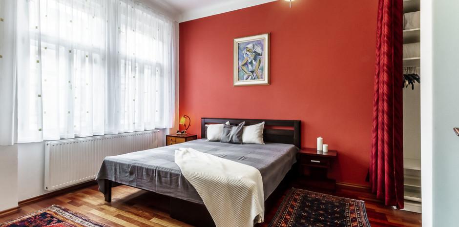 Hlavní ložnice se šatnou a en-suite koup