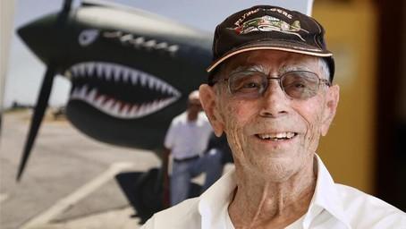 Con 100 años el piloto más longevo del mundo sigue volando todas las semanas