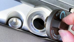 エンジンオイル添加剤は入れるべき?入れるとどうなる?