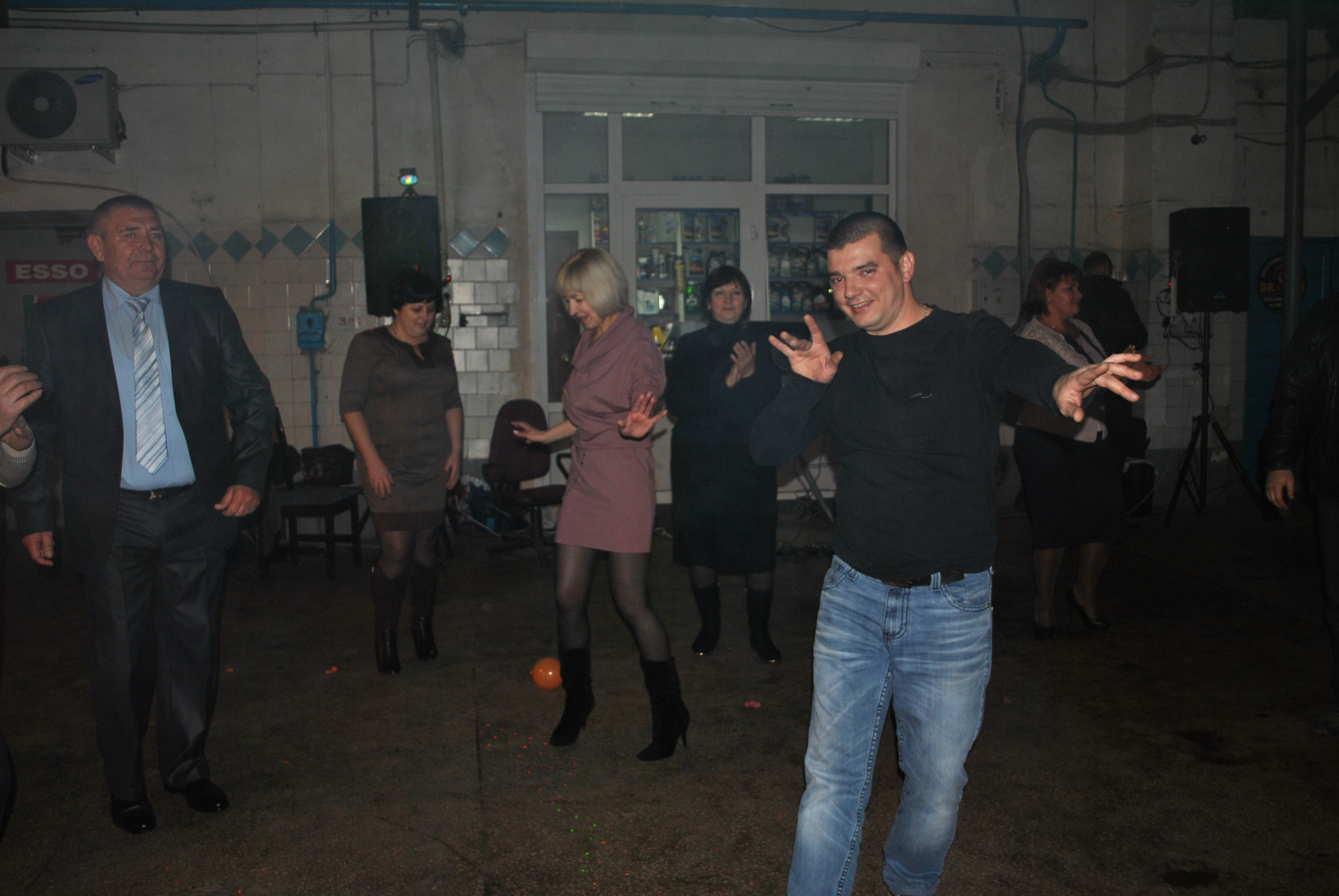 ...а в это время на танцполе
