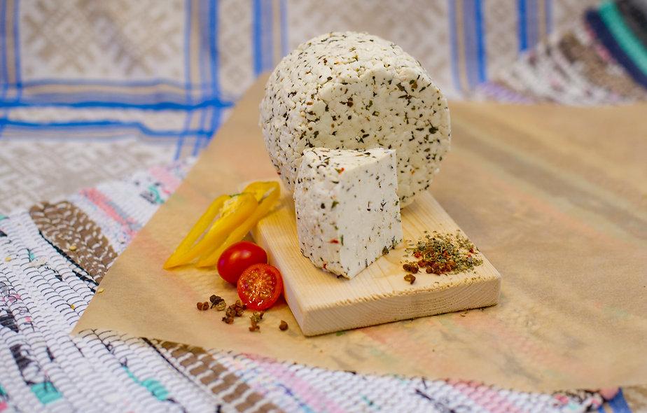 Ле Фрэ Капре́зе — молодой сыр с томатами и базиликом, кусок 250г