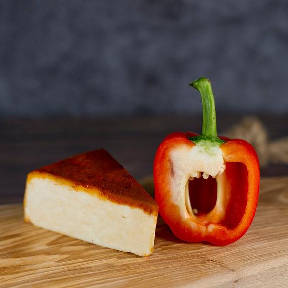 Монклер Паприка́ш — выдержанный сыр в обсыпке из паприки, кусок 150г