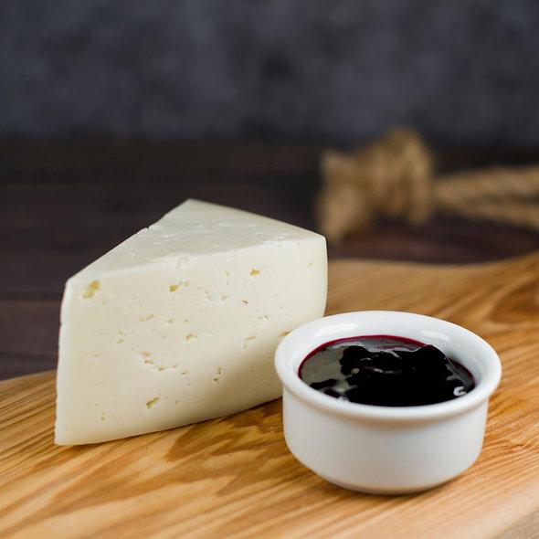 Шевр Класси́к — сыр из козьего молока, полутвёрдый, выдержанный, кусок 150г