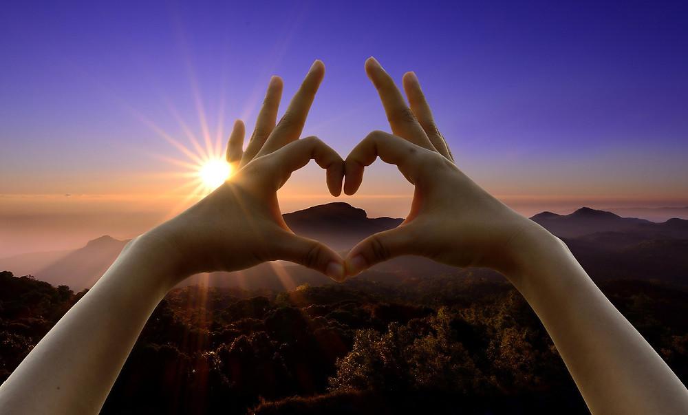Des mains d'Amour dans le soleil levant