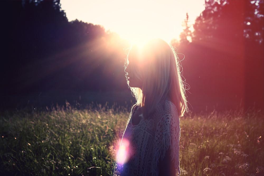 jeune femme dans le soleil