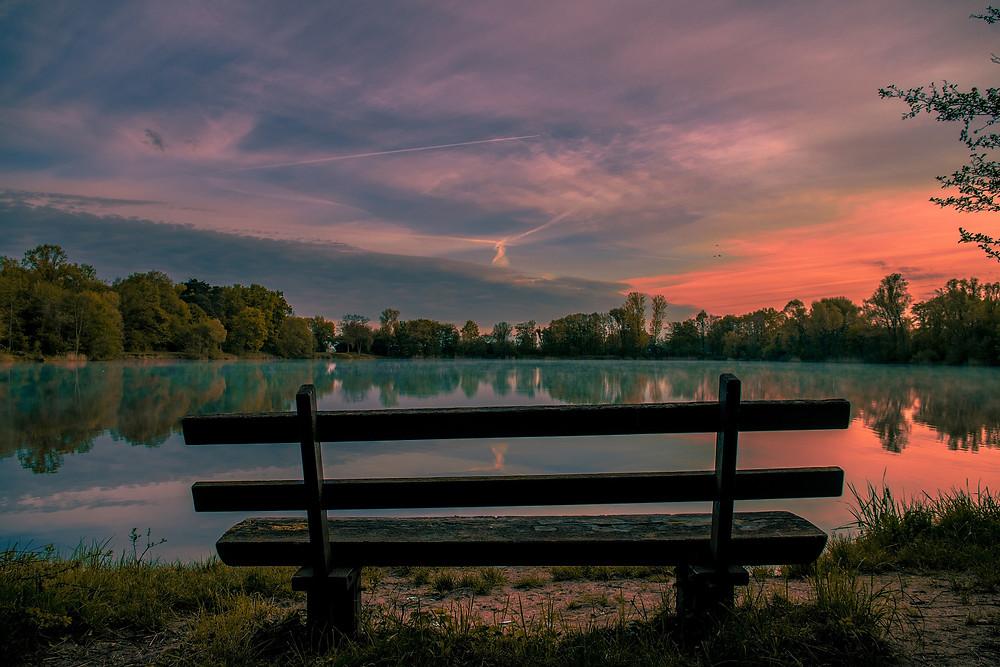 Un banc au bord d'un lac merveilleux