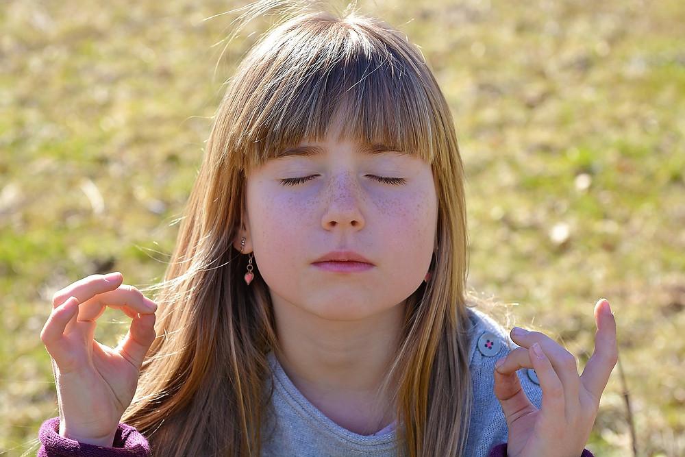 Des mains d'Amour d'enfant en méditation