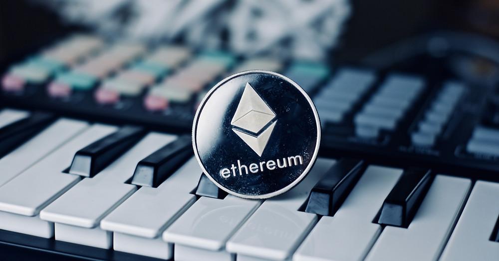 Criptomonedas y música - Moneda de Ethereum sobre un teclado controlador - Bitcoin - NFT